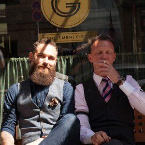 Gary und Dennis vor dem Laden